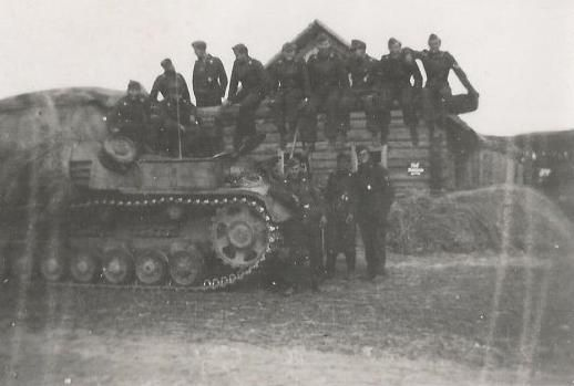 Nashorn tank destroyers and their crews on the Eastern Front