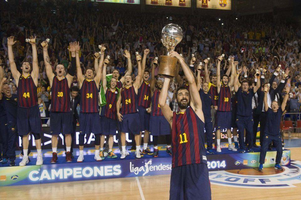 Navarro levanta el trofeo