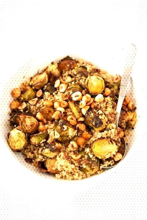 Quinoa Salat mit gerösteten Rosenkohl und Haselnüssen  - CUISINE -