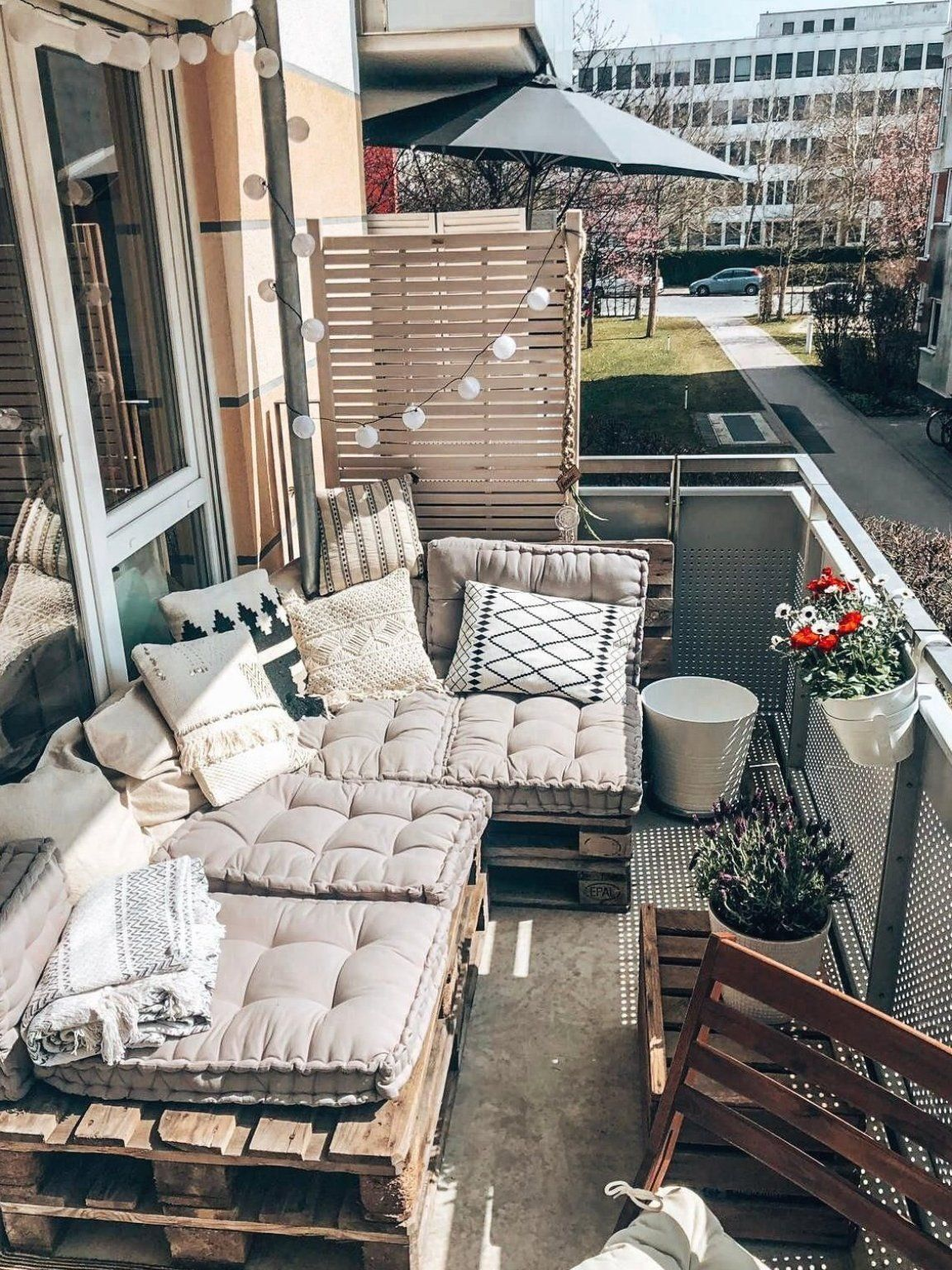 Sch Ner Balkon Mit Selbstgebautem Sofa Aus Europaletten In M Nchen Wggesucht Wg Balkon Ba In 2020 Small Balcony Decor Balcony Decor Apartment Balcony Decorating