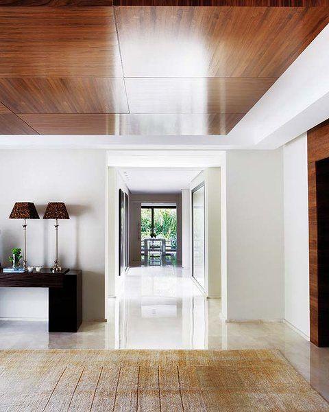 Independiente, generoso o en forma de pasillo, el recibidor da la bienvenida y su estética es toda una declaración de intenciones que marca la línea del resto de la casa. Abre la puerta de par en par...