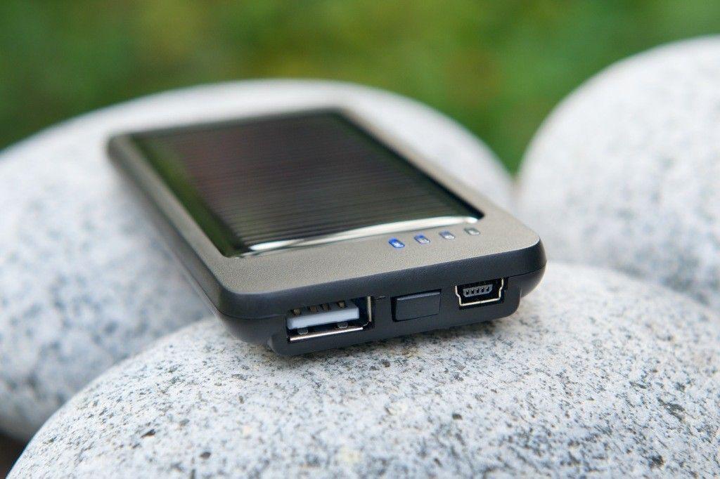 A holland A-Solar cég által tervezett és gyártott, könnyű és kis méretű Onyx napelemes töltő