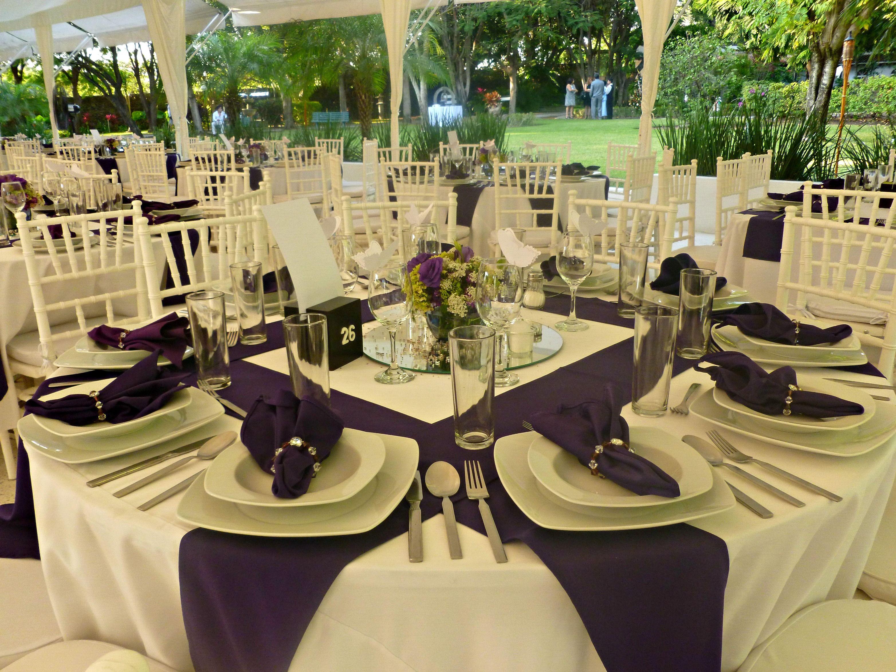 Montaje boda con tonos morados y detalle en servilletas Quinta
