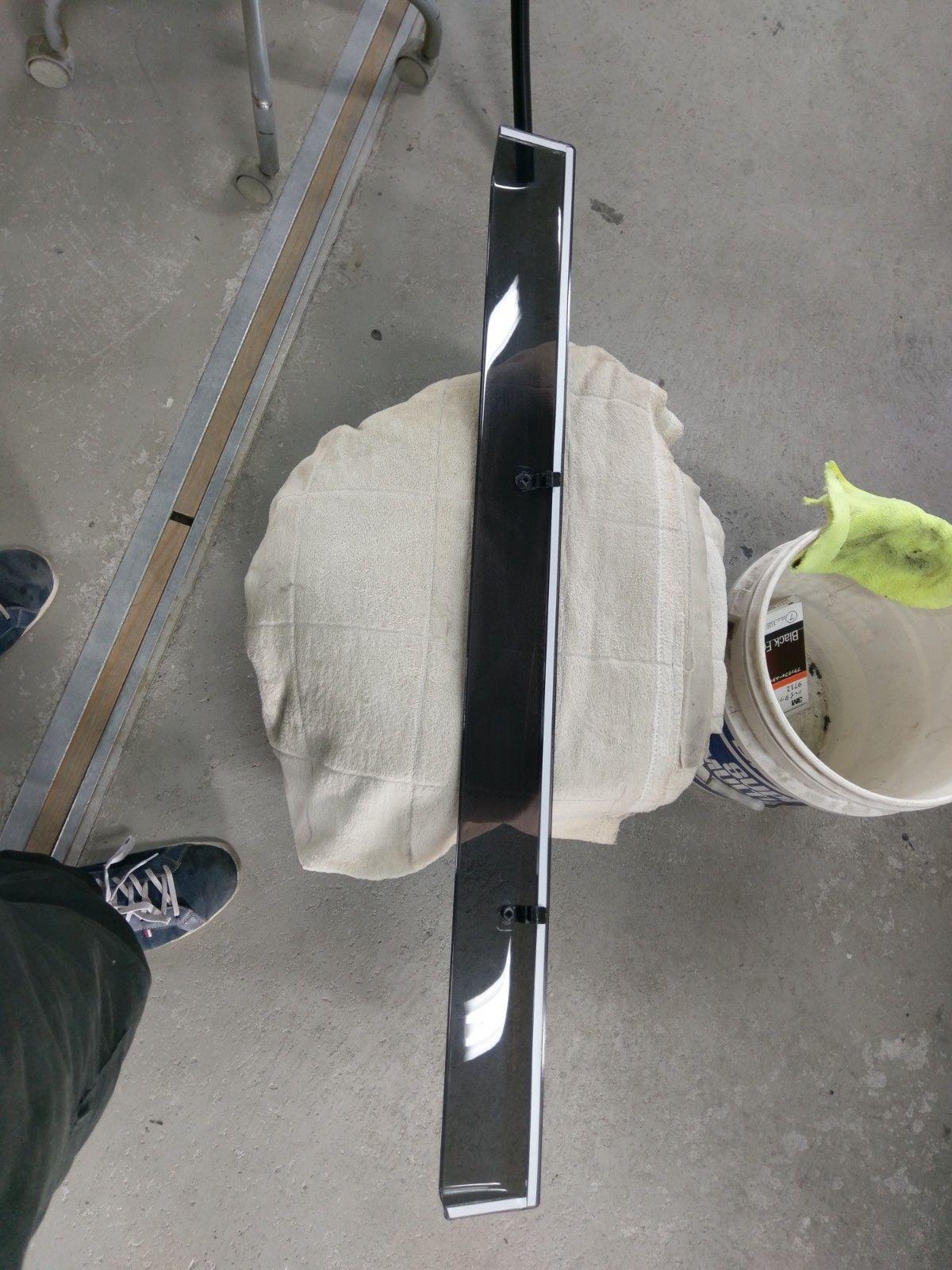 ドアバイザーの古い両面テープを剥がし 新品の両面を貼り付けたところ