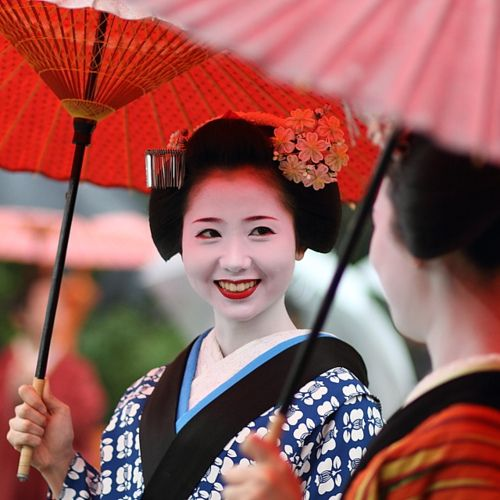"""""""zowye:  red / smile / friends / spring / beautiful: maiko (geisha apprentice), kyoto japan  / canon 7d EF 85mm f1.8  日本・京都 舞妓 by momoyama on Flickr.  """""""