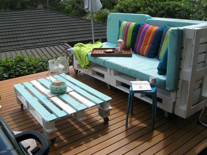 gartenmöbel selber bauen paletten farbige dekokissen streifen,