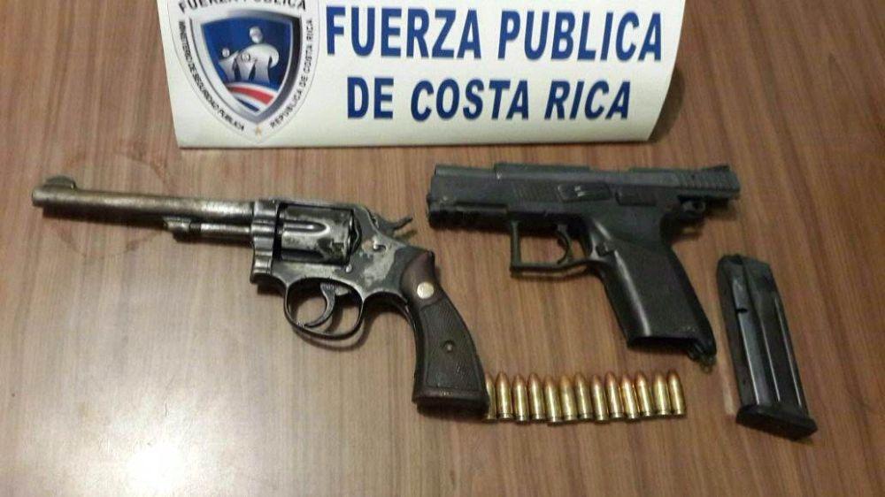 Decomisan AK-47, escopeta y chalecos con logo del OIJ
