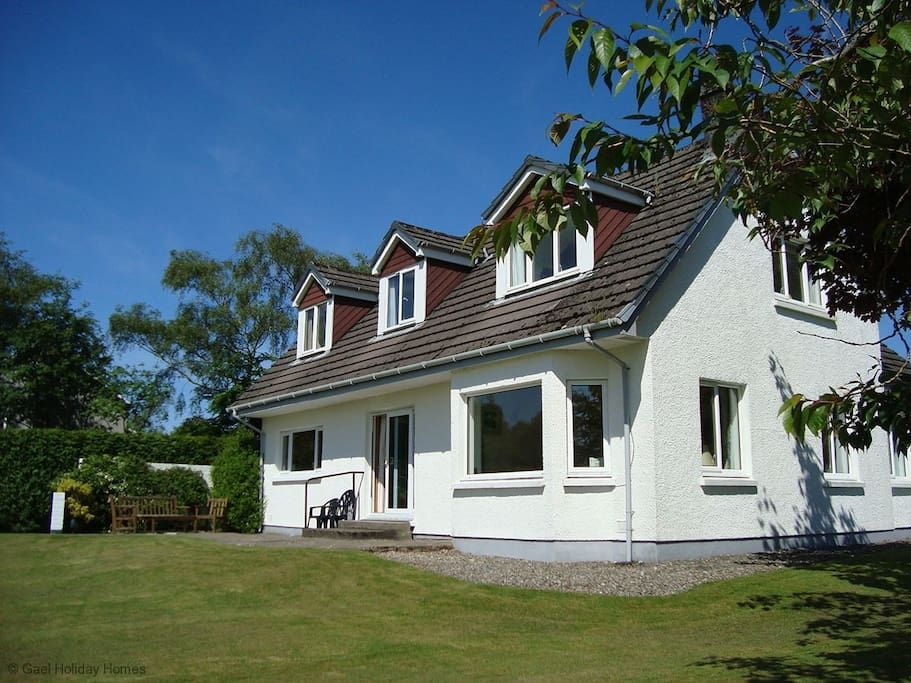 in North Connel, GB. The house is located at the end of a small, quiet private road, just 7 miles form Oban.  The house sits overlooking Loch Etive and surrounding farmland.  Standing in it's own half acre of garden this detached holiday home offers 6 guests a comfort...