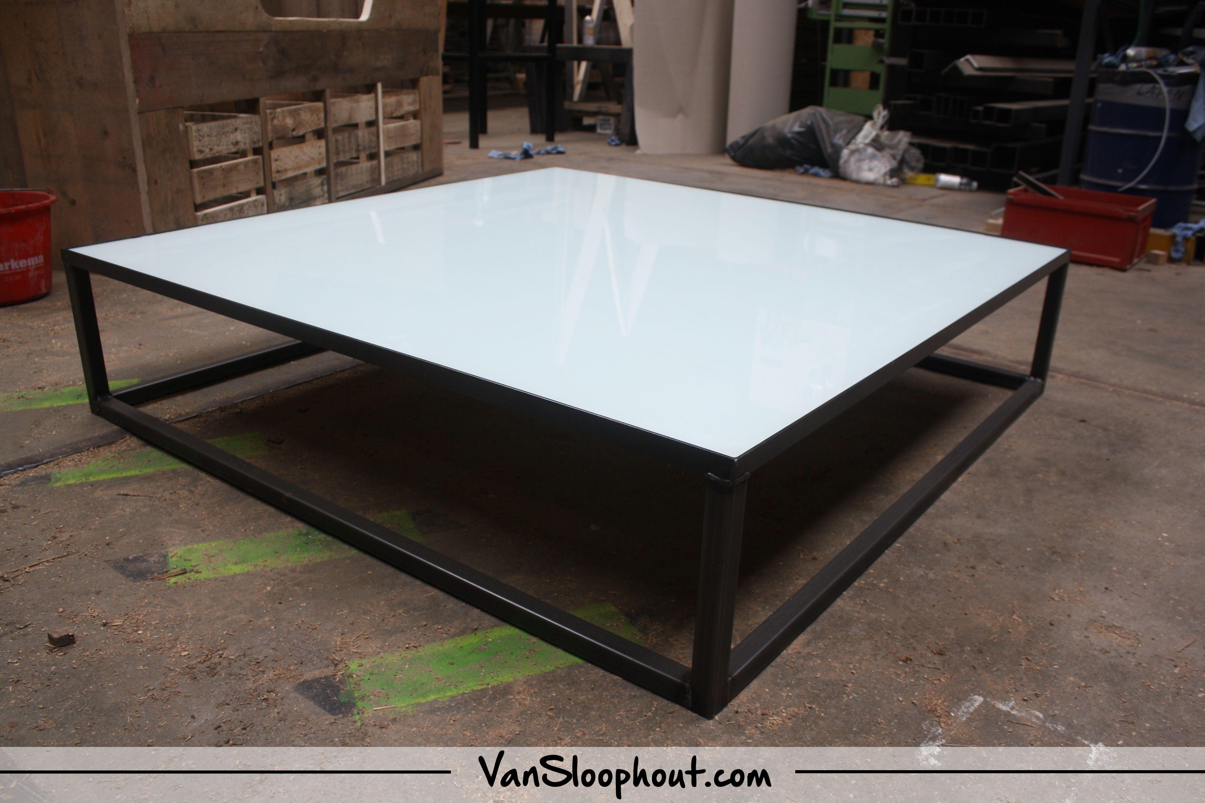 Glazen Meubels ~ Salontafel van wit glas met een stalen box frame. #staal #frame