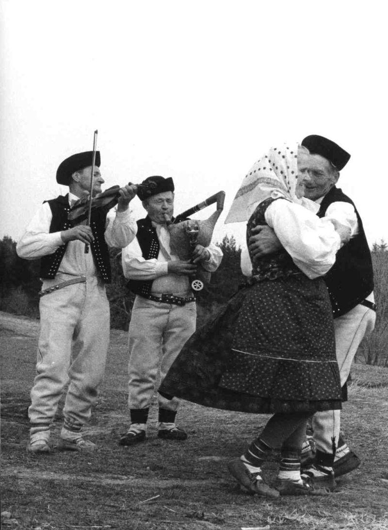 Gajdoš J. Zboroň a huslista Š. Zboroň pri dokumentácii tanca šustaná. Oravská Polhora (okr. Námestovo). Foto T. Szabó 1975.