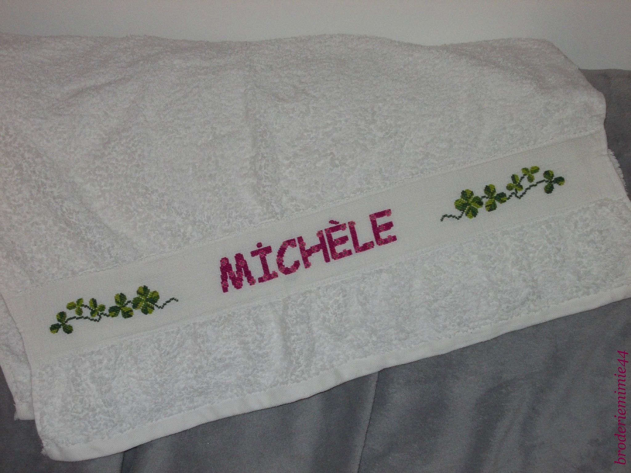 Drap de bains. Trèfle - Michèle. Brodé mains. - point de croix - cross stitch - broderie - embroidery -. Blog : http://broderiemimie44.canalblog.com/