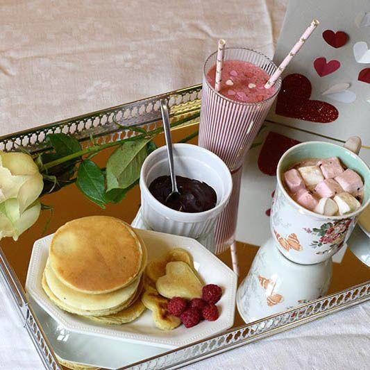 Pour la Saint-Valentin, je vous propose un DIY romantique : carte, smoothie et pancakes le tout fait maison pour faire plaisir à votre âme soeur !