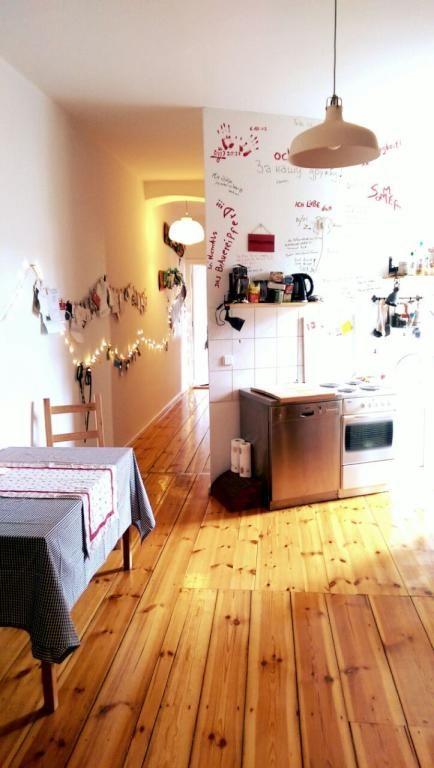Einrichtungsidee Altbauküche: Dielenboden, kleines Esstisch ...
