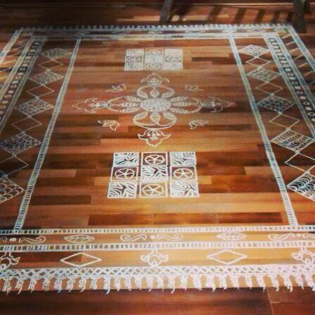 Alfombra pintada a mano en piso de madera decoraci n - Alfombras de madera ...