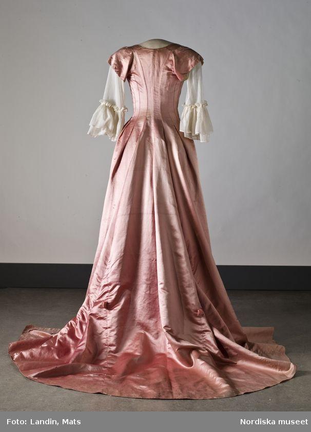 Digitalt Museum - Klänning i rosa sidenaltlas. Nordiska museet inv.nr  183144. f598df3430272