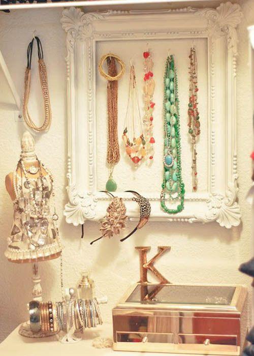 Uma moldura pintada de branco é perfeita para organizar colares e pulseiras, de maneira prática e decorativa.  Tudo ao alcance da mão!   Um belo porta-joias, um manequim em miniatura e um suporte para pulseiras rígidas dá conta do resto. No porta-joias, vão os brincos e anéis. Com a tampa transparente, ele também é prático. E, apesar das peças estarem acessíveis, não tem um ar de bagunça ou de desleixo. Ao contrário, o aspecto é de organização, charme e capricho.