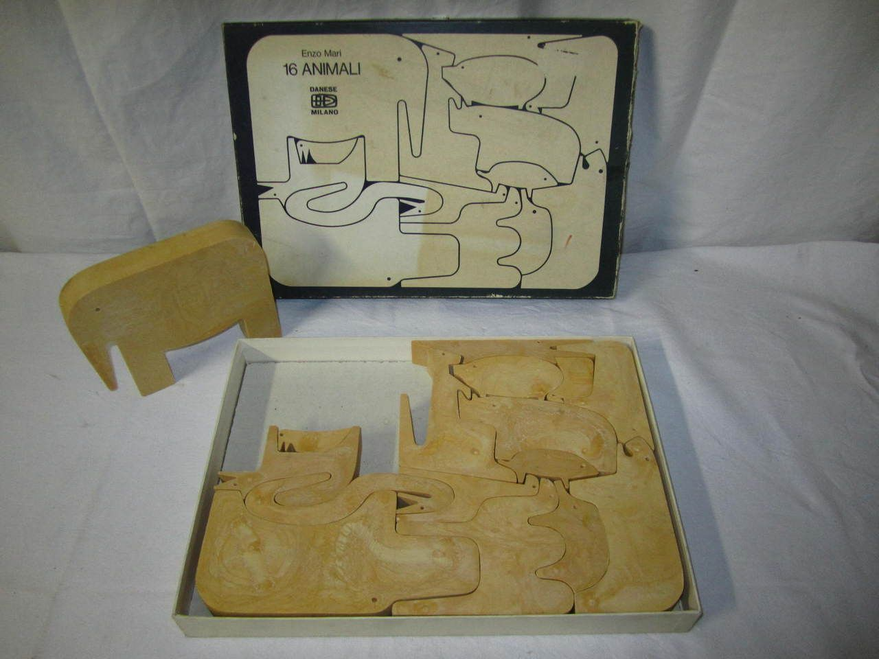 Les jeux d'Enzo Mari proposent aux enfants de construire eux-mêmes leurs règles. « Il faut donner aux enfants, dit-il, non pas des jeux, mais des structures de jeux. » Pour cela, il simplifie leurs formes à l'extrême, condamnant fermement l'avalanche de jouets inutiles qui encombrent les chambres des enfants. Pour leur bibliothèque, il imagine dès 1958 des albums comme La Pomme et le Papillon ou L'Oeuf et la Poule en collaboration avec Gabriela Ferrario (Iela Mari). Publiés en France au…