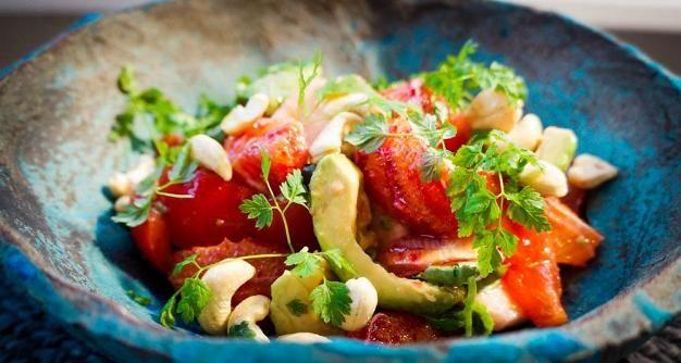 Veriappelsiinisalaatti maistuu sellaisenaan tai rasvaisen kalan esimerkiksi uunilohen lisukkeena.