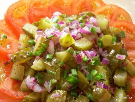 Przepis: Sałatka z ogórków kiszonych i pomidorów
