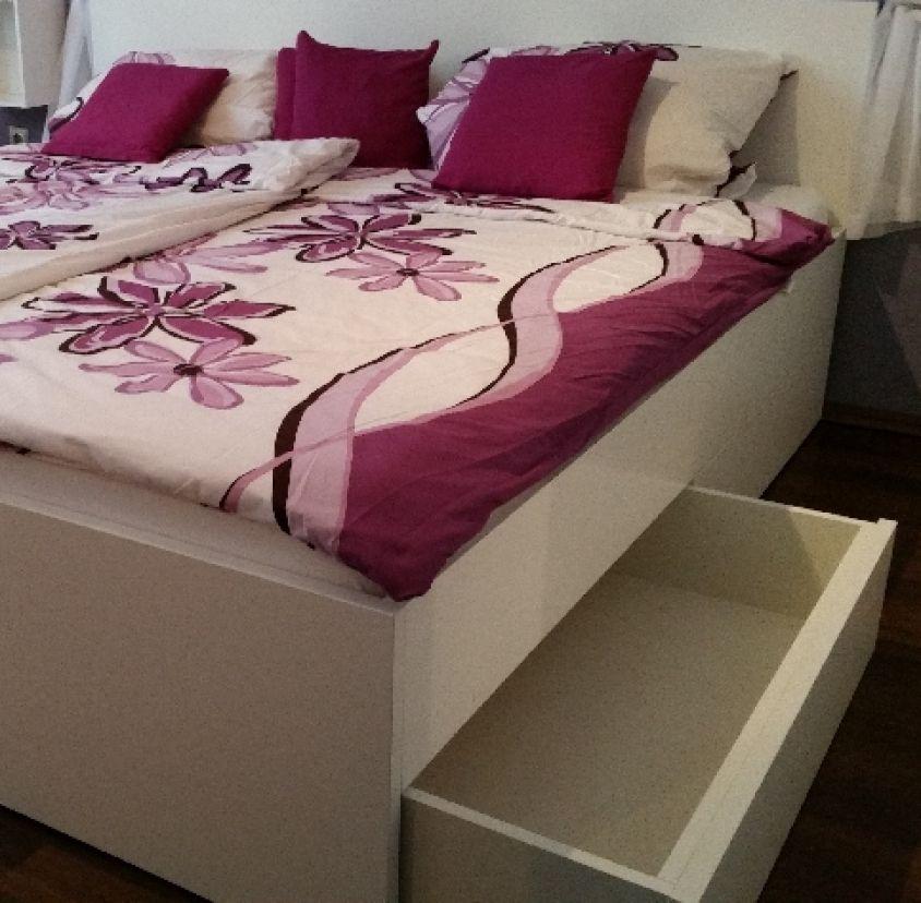 Geräumiges Bett mit jeder Menge Stauraum