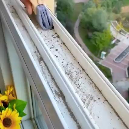 Magic window cleaning brush