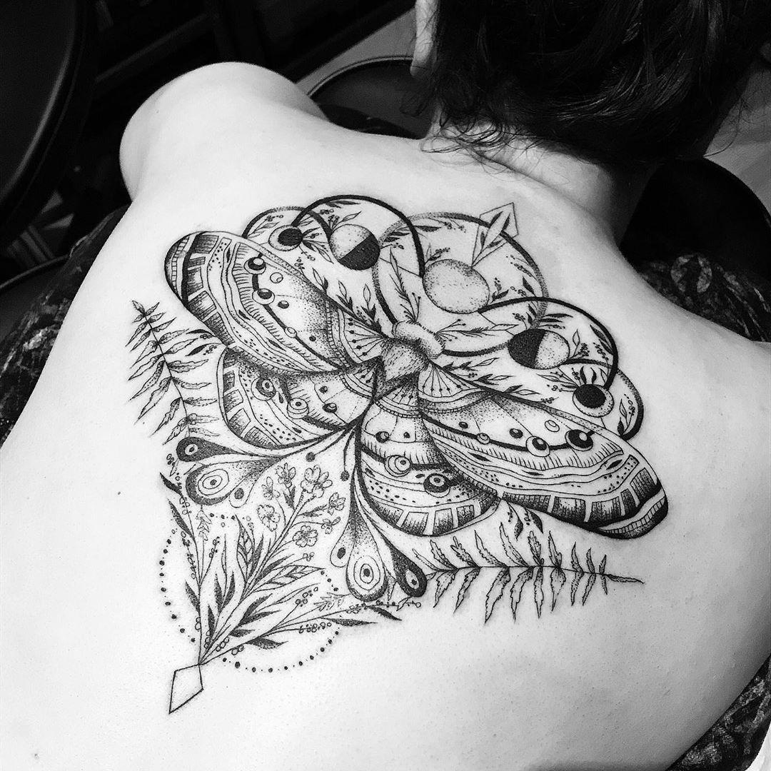 IN LOVE mit unserem Motten-Mondphasenwannado für K., ganz lieben Dank dir für die Adoption dieses Wannados und deine weite Anreise🖤  #finelinetattoo #tattoo #tats #ink #inked #getinked #blackworkillustrations #btattoing #darkartists #germantattooers #wuppertal #ecke_wunderland #smada123_ #tattooart #tattooing #instagood #instaart #tatts #ttblackink #dotwork #blackwork #moth #mothtattoo #moon #moontattoo #tttism #tattoooftheday #nature #naturetatto #epictattoo
