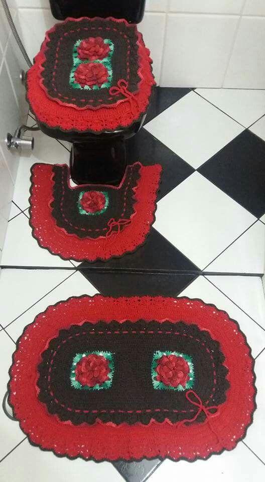 Jogo de banheiro marron com vermelho e aplicação de flores vermelha mesclada... thathy  conquistas