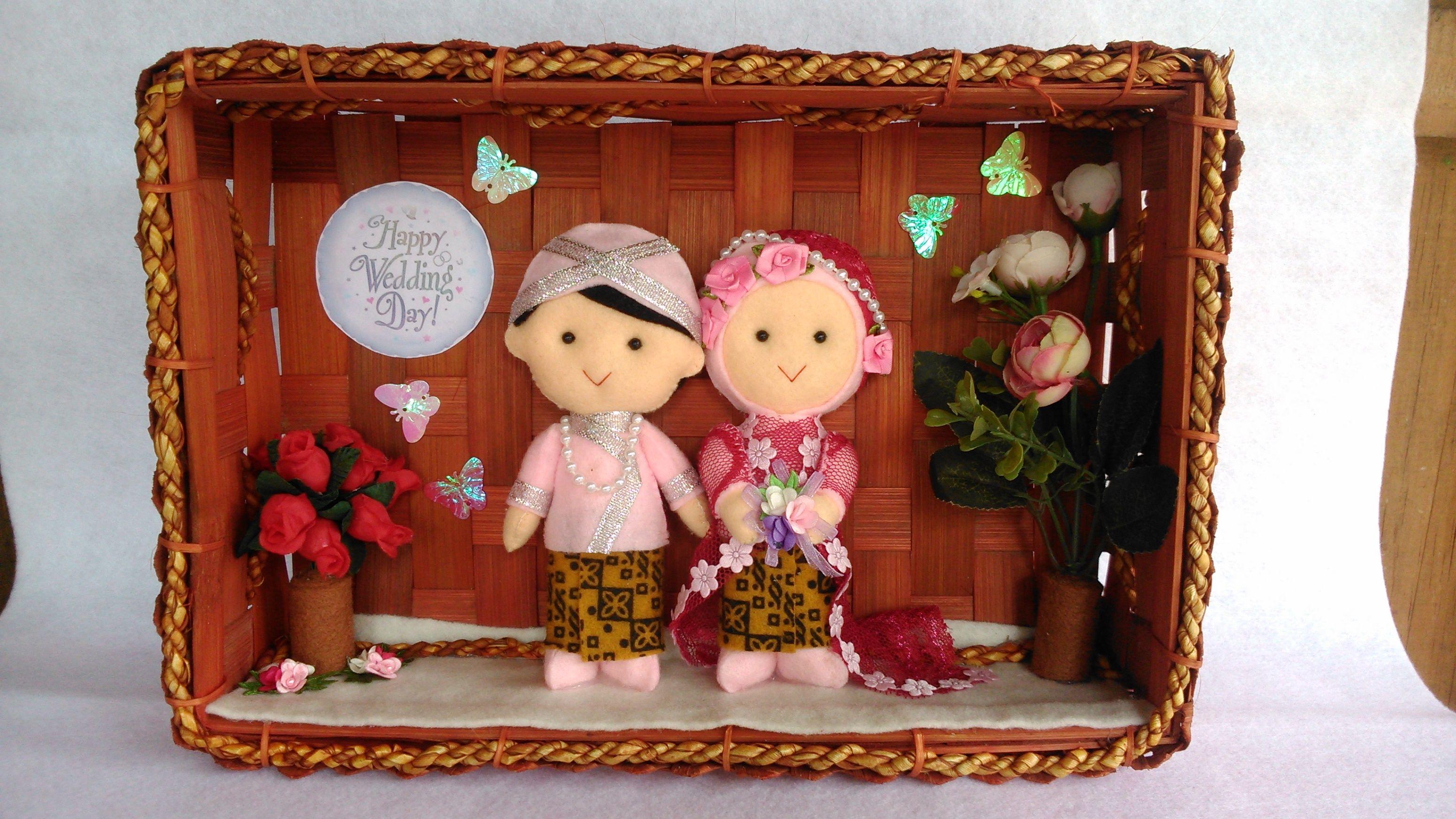 boneka pengantin dari flanel menggunakan bingkai keranjang anyaman bambu