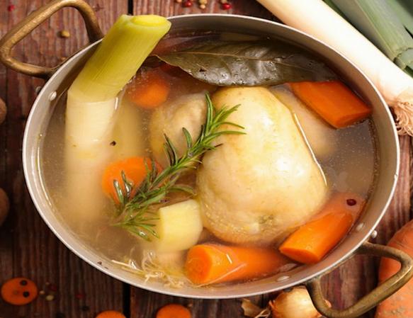 La Poule Au Pot Est Une Recette De Cuisine Traditionnelle De La Cuisine Francaise Specialite De La Cuisine En 2020 Recettes De Cuisine Poule Au Pot Recette Facile