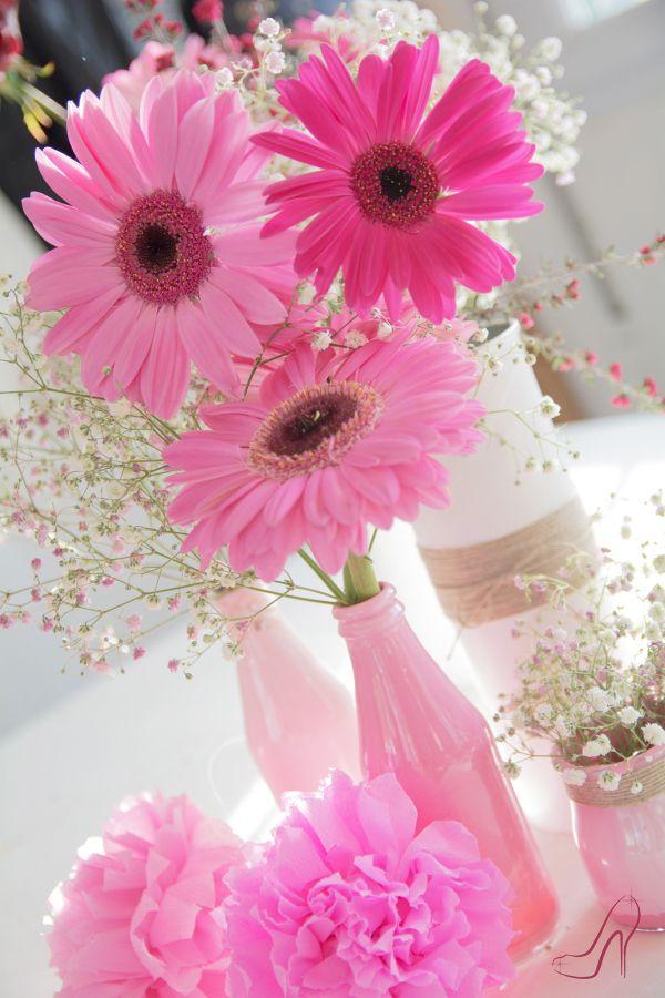El Zapato de Cristal.Comunión decorada con Gerberas y pompones rosas. Centro de mesa para una comunión.