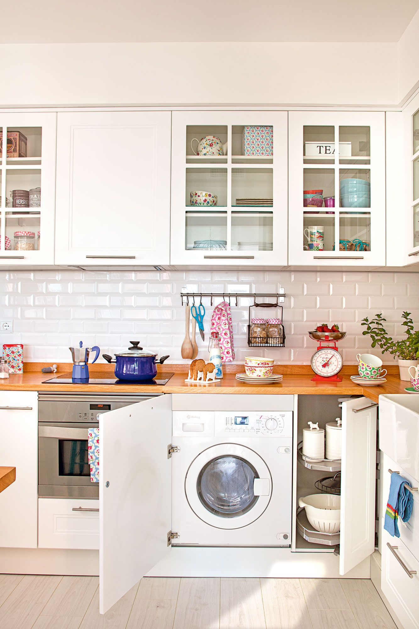 Cocina blanca con encimera de madera y lavadora oculta - Lavadora secadora pequena ...