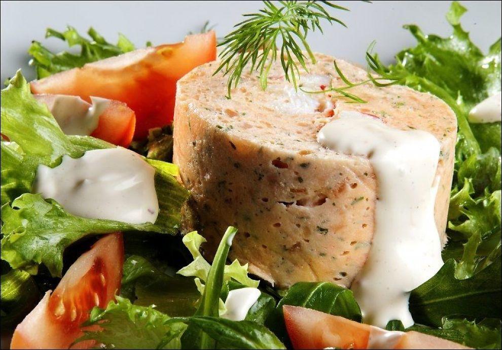 Illustrasjonstekst ALLSIDIG MAT: Laksemousse med kongekrabbe er den perfekte forrett, men med salat og litt brød holder det også som en lett...