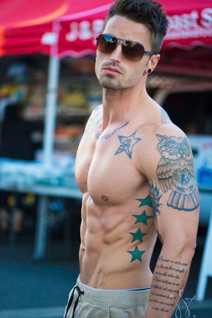 Sterne Tattoo und seine Bedeutung | Männer mit Brille, Junger Mann ...