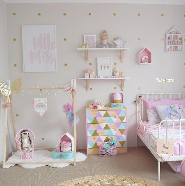Habitaci n infantil original en tonos pastel minimoi for Decoracion de cuartos para ninas grandes