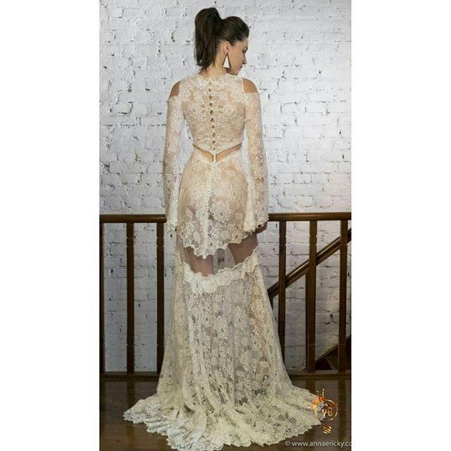 By Carol Hungria ❤👏 Use #topbrides 💕 . . . . #bride #brides #bridal #hautecouture #bridalcouture #weddingdress #dress #white #bridestyle #wedding #bridetobe #weddingforward #carolhungria #bridedress #marriage #matrimonio #bridalgown #noiva #fiance #tonoiva #voucasar #casamento #novia
