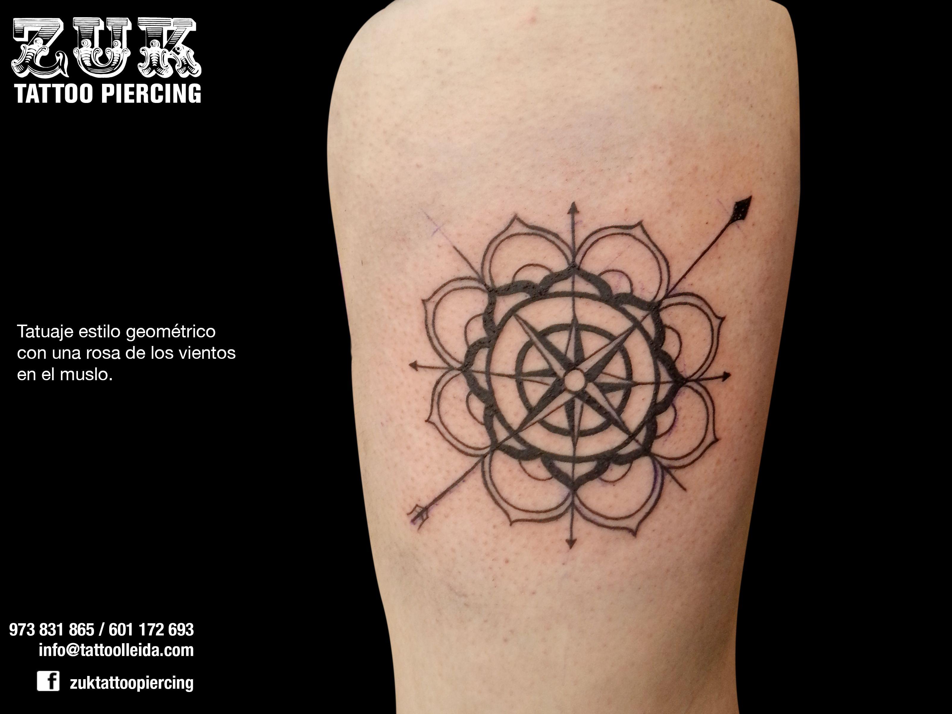 Tatuaje Estilo Geométrico Con Una Rosa De Los Vientos En El Muslo