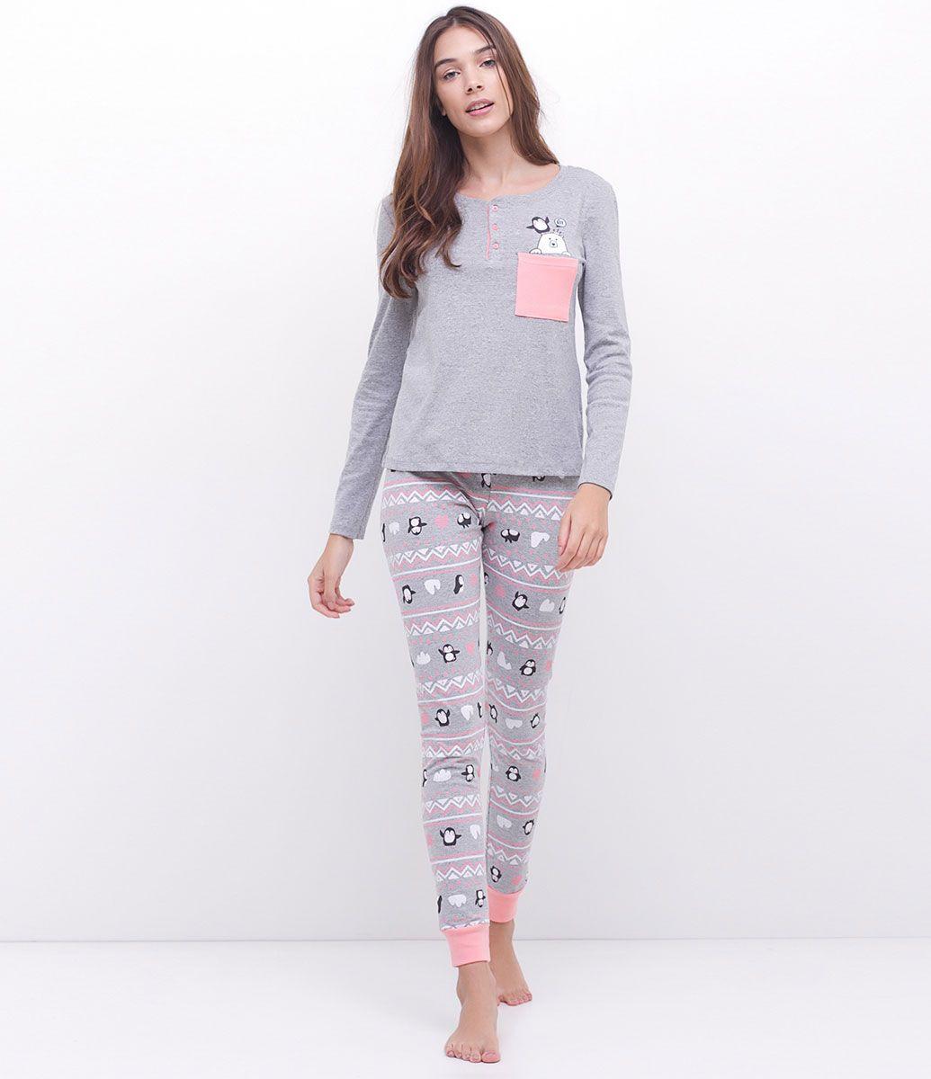 e19980ce8 Pijama feminino Manga longa Blusa estampa e bolsinho Peitilho com 3 botões  Calça estampada pinguim Com