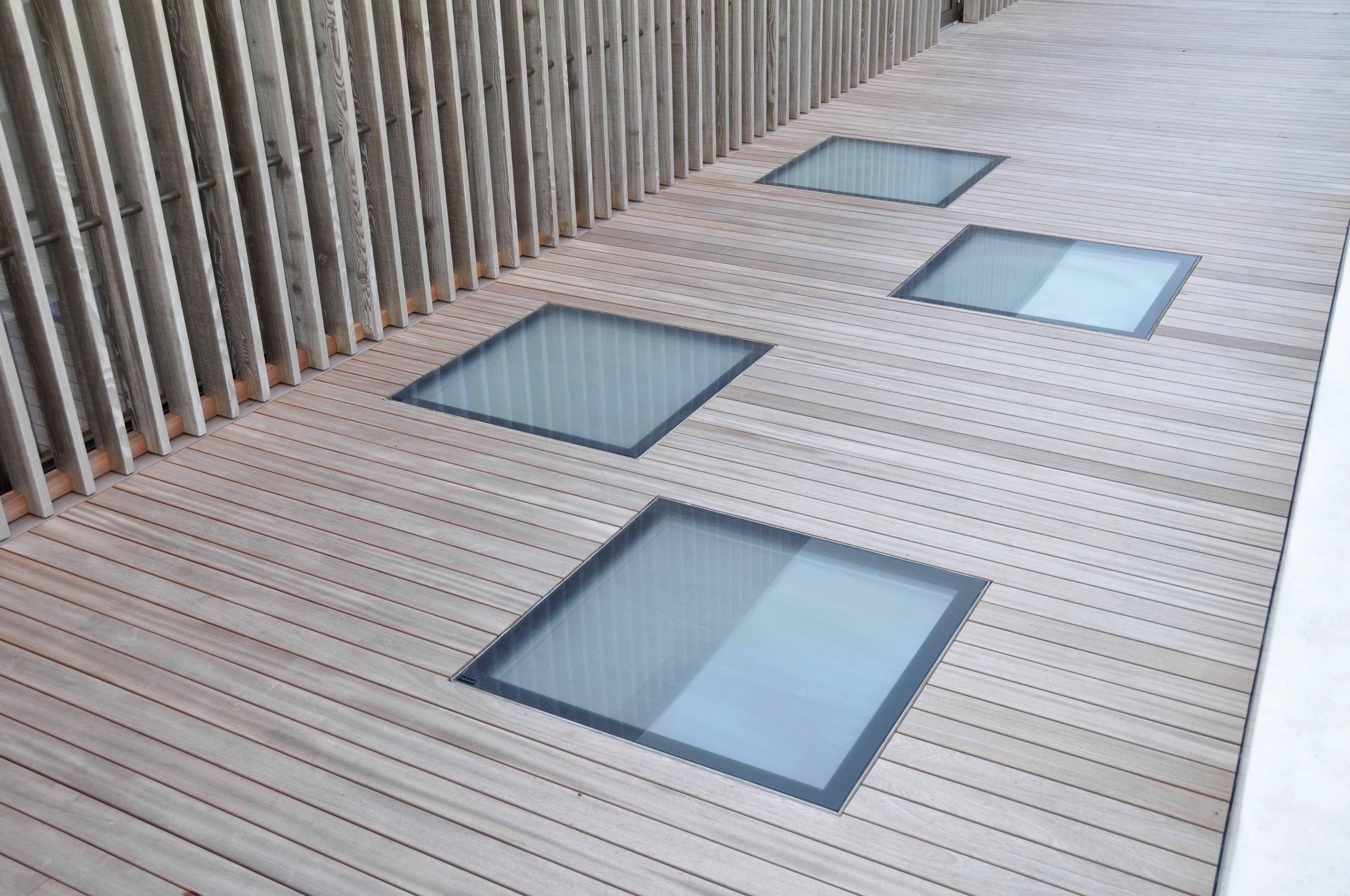 bodeneben begehbarer glasboden als oberlicht in einer terrasse eines ffentlichen bau 39 s glassfloor. Black Bedroom Furniture Sets. Home Design Ideas
