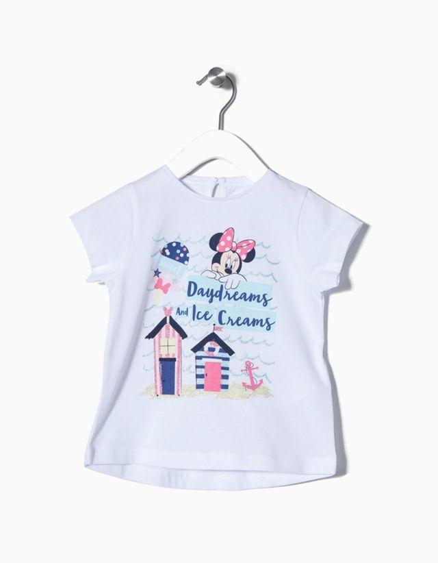 6d2814b01 Camiseta 100% algodón con estampado de Minnie para bebé niña. Botón en la  espalda para vestirse con facilidad. Etiqueta estampada para evitar la  irritació
