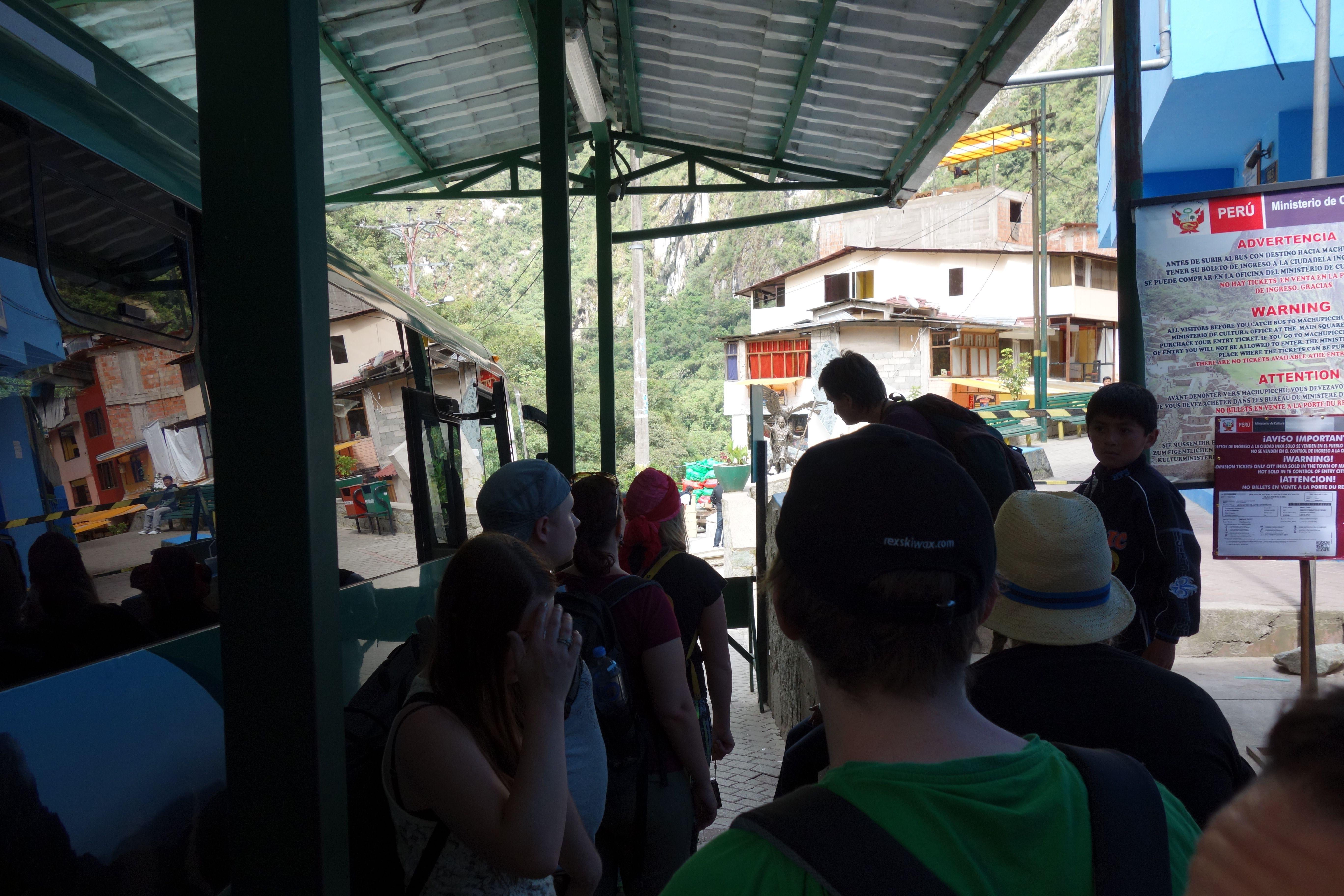 Aquas Calientes. Asemalla bussin odottelua. Bussimatkoille piti olla erikseen liput, eivät siis sisältyneet Machu Picchun sisäänpääsylippuun.