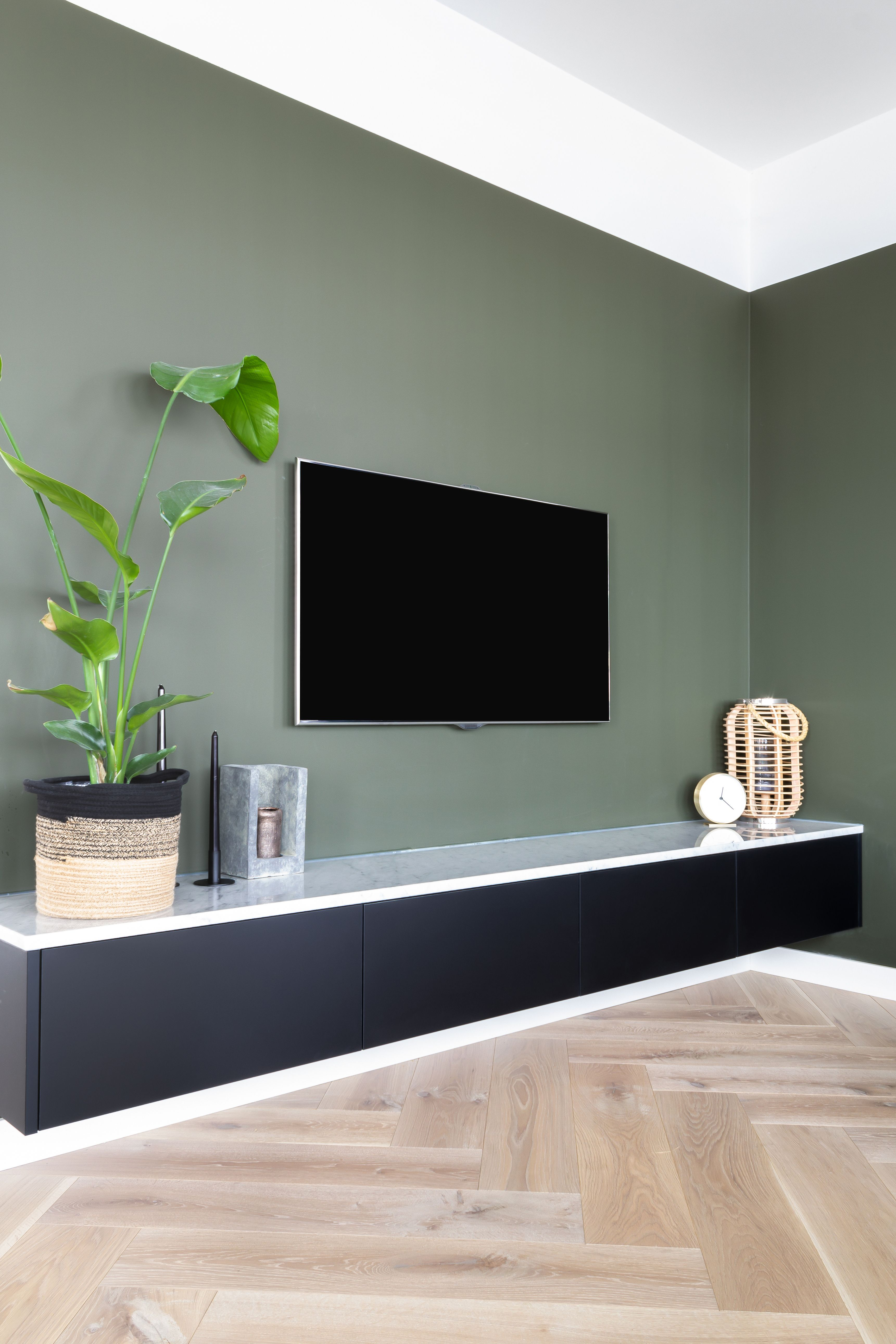 Modern interieur met marmer en eiken