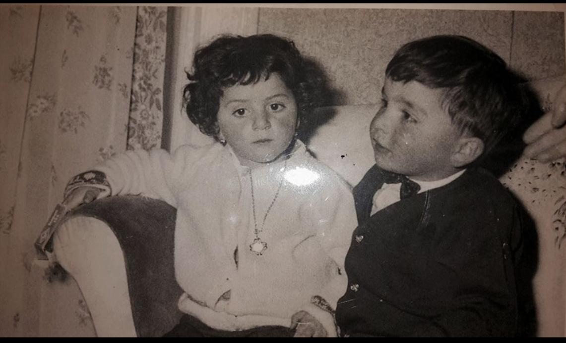 Questa fotografia e' del 1963, lo scatto riproduce due allora bambini di Agnone sono il Dottor Italo Marinelli e Stefania Appugliese.Stefania e Italo , vivevano entrambi nell'antico storico borgo della Ripa ad Agnone e hanno trascorso molti anni insieme giocando. Belle fotografie alle quali si associano molti ricordi.
