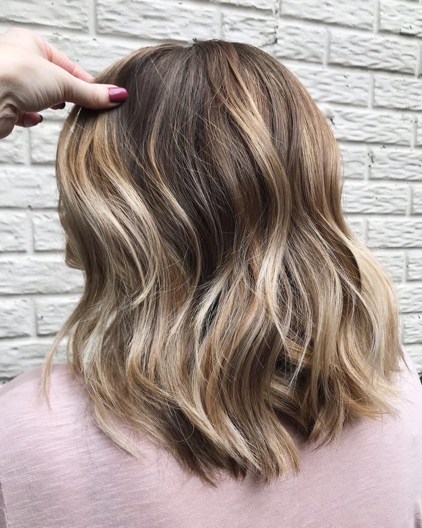 Balayage Handpainted Highlights 140 Hand Painted Highlights For A Natural Looking Sun Kissed Look Hand Painted Highlights Natural Curls Hairstyles Balayage