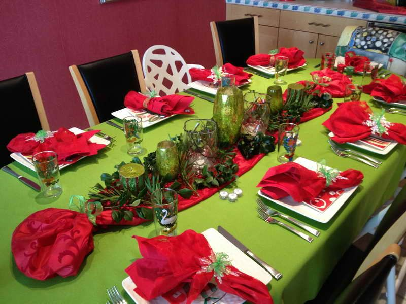 italian table setting ideas with green tablecloth