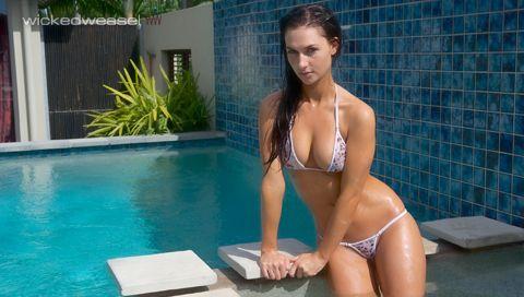 b67e98cbf43 Rosanna By the pool