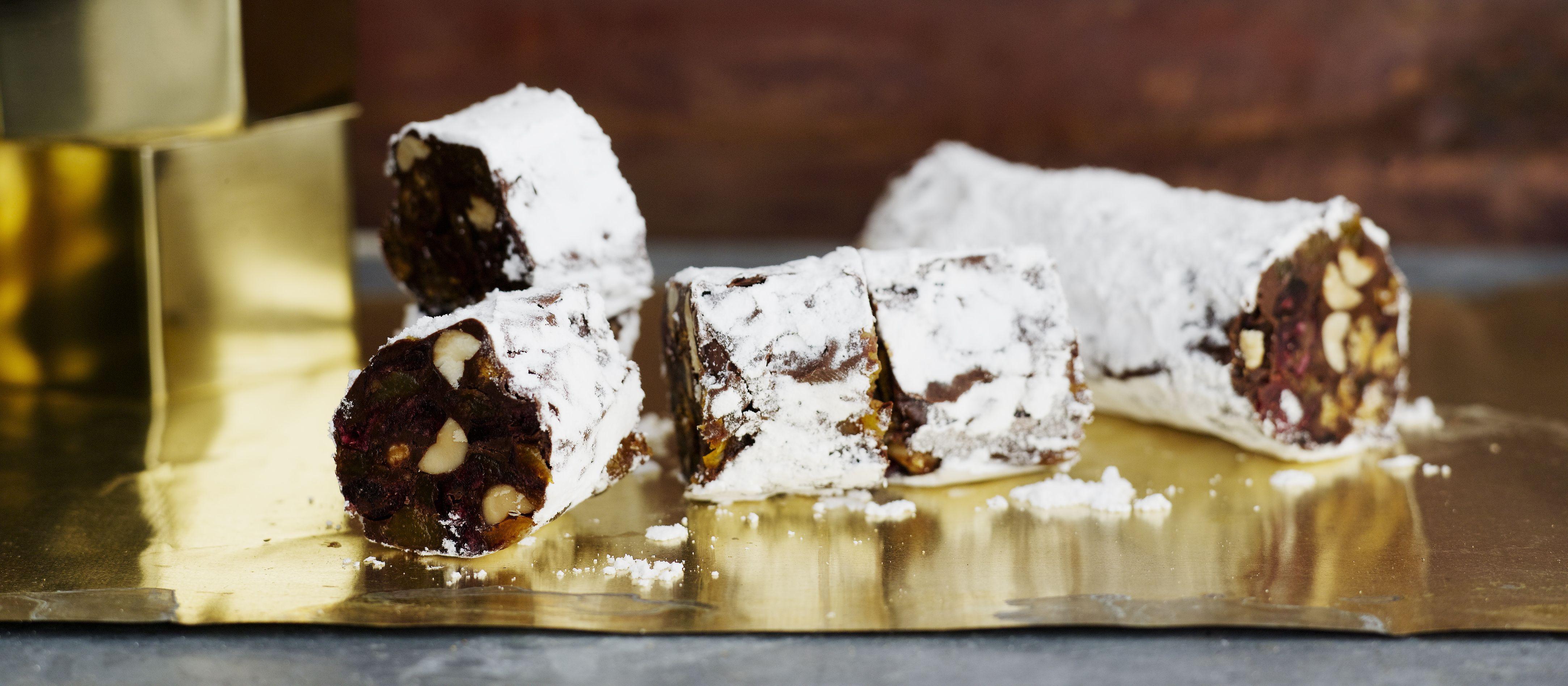 Suklainen makkaran muotoinen herkku kätkee sisälleen jouluisia makuja. Sellofaaniin käärittynä suklaasalami sopii lahjaksi tai myyjäispöytään. N. 0,10€/annos.