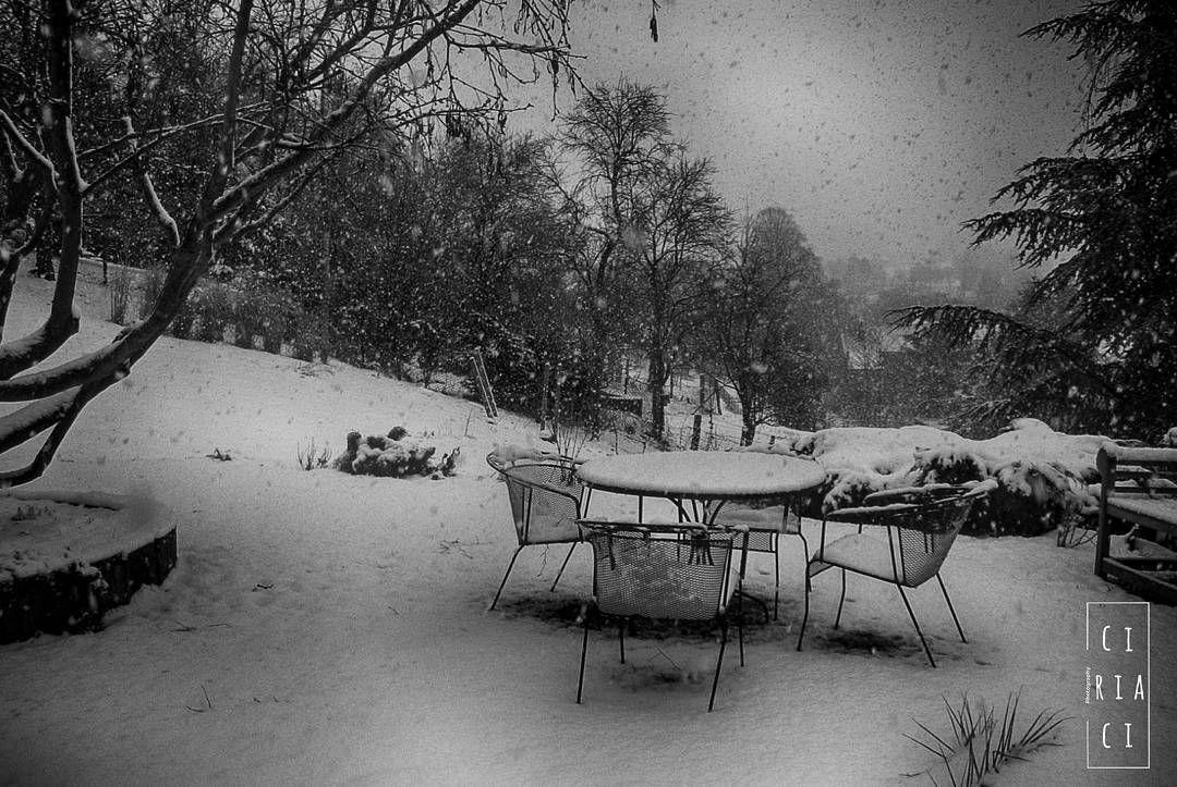 Qualche anno fa in Belgio. Mi piace pensare che con la neve di questi giorni nulla sia cambiato e nello stesso momento immaginarmi a quel tavolino a primavera poi in estate seguirà una giornata ventosa d'autunno.  Chissà chi mi farebbe compagnia su quelle sedie nel passare degli anni.  #natura #nature #neve #snow #trees #clouds #winter #inverno #belgium #belgio #likeforlike #travel #travelling #viaggio #viaggiare #viaggiando #instalike #instalife #instamoment #ricordi #l4l #like4like…