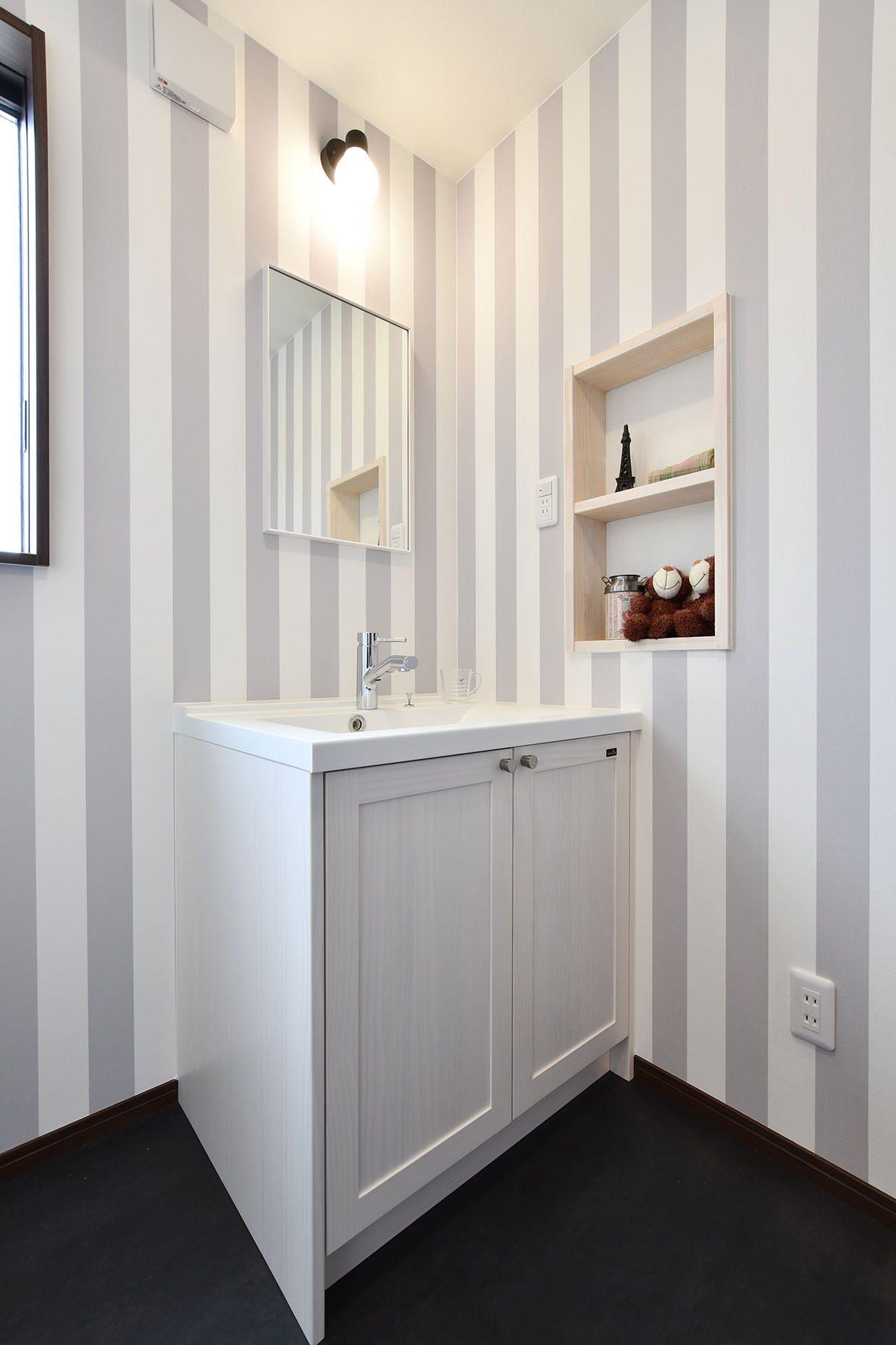 洗面化粧台 壁紙 アクセントクロス グレー ストライプ ウッドワン