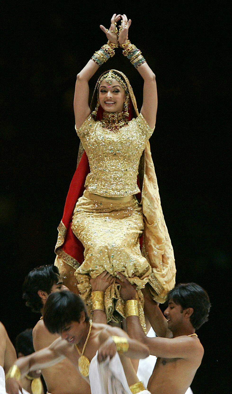 Aishwary Rai sizzling dance performance