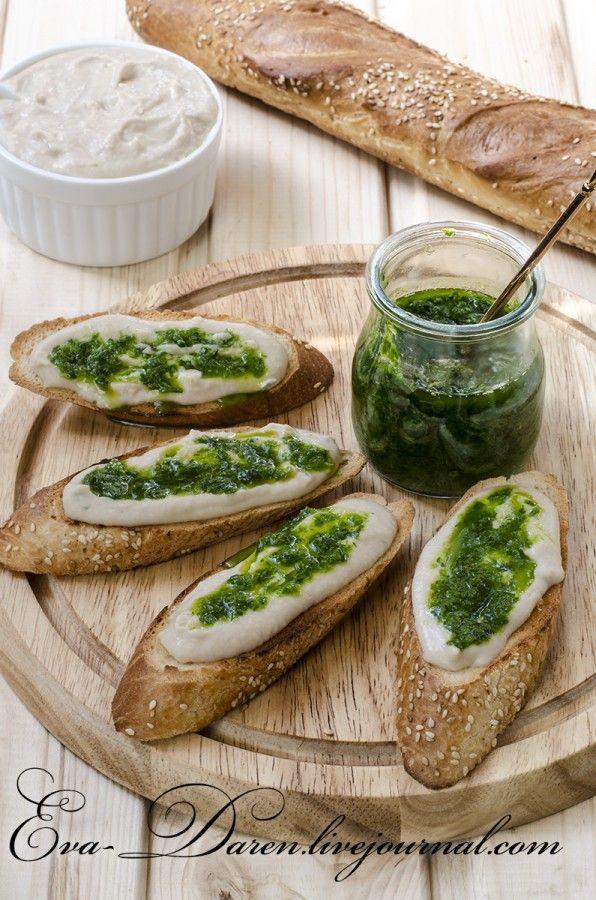 Соус-дип из белой фасоли с гренками и зелёным маслом.